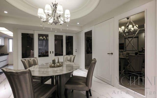 藉由圓形的天花設計並搭配水晶吊燈維繫清透光源,讓餐敘氛圍溫馨而優雅。