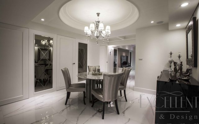於餐廳空間牆面設計上,一方面連貫客廳主牆語彙,另一方面同時隱藏主臥、客浴、儲藏室等區域開口,讓視覺感官得以無礙延展,而具俐落之美。
