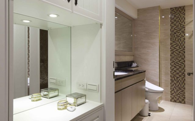 梳妝台規劃上,成為聯袂睡眠區與衛浴空間的中心區域,藉由櫃體與抽屜的設計,襯以線條的層次安排,給予美式古典的悠閒感受。